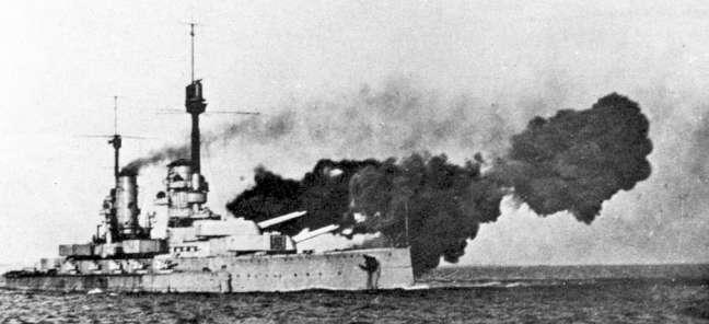 Kronprinz firing a broadside.
