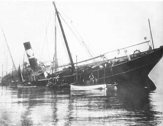 Unloading the Plympton. Photo Gibson Collection.