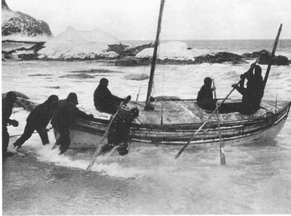 Launching the James Caird. Photo Frank Hurley.